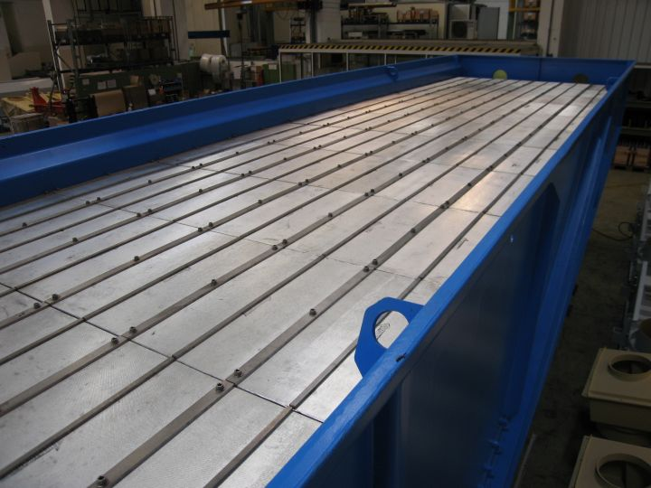 Cooling conveyor with permeable bottom plate